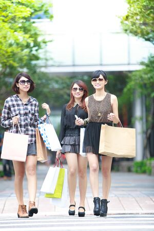 welldressed: Shopping girls