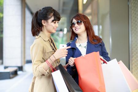 함께 쇼핑하는 두 젊은 여성 스톡 콘텐츠