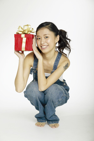 Portrait of young woman holding gift box Banco de Imagens