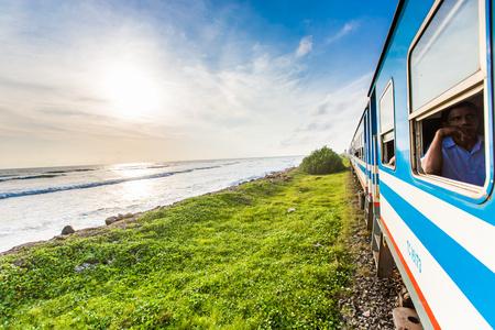 Treno accanto al mare a Sri Lanka Archivio Fotografico - 81527005