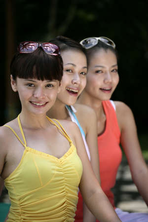 cola mujer: Portrait of three young women laughing LANG_EVOIMAGES