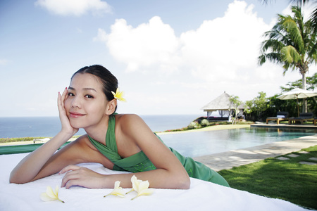 smiled: Young woman lying on massage table LANG_EVOIMAGES