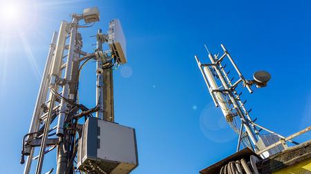 5G-Smartphone-Funknetzantennenbasisstation auf dem Telekommunikationsmast, der ein Signal ausstrahlt