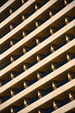 Primo piano del modello simmetrico del balcone su un grande edificio residenziale Archivio Fotografico