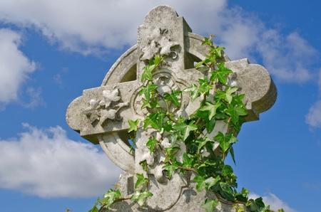 synoniem: Voorbeeld van pre 1900 Ierse Keltisch kruis met traditionele Keltische snijwerk detail van een graf in de beroemde bezienswaardigheid Milltown Cemetery Belfast, dat is de grootste katholieke begraafplaats in Belfast en synoniem met Ierse republicanisme. Stockfoto