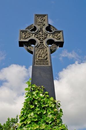 synoniem: Voorbeeld van een pre 1900 Ierse keltisch kruis met traditionele Keltische snijwerk detail van een graf in de beroemde bezienswaardigheid Milltown Cemetery Belfast, dat is de grootste katholieke begraafplaats in Belfast en synoniem met Ierse republicanisme. Stockfoto