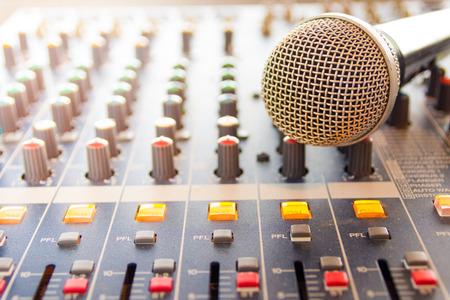 Vintage stijl achter de running voor vergaderingen en trainingen voor de ontwikkeling van ondernemingen microfoons en mixen van audio-signalen. Stockfoto