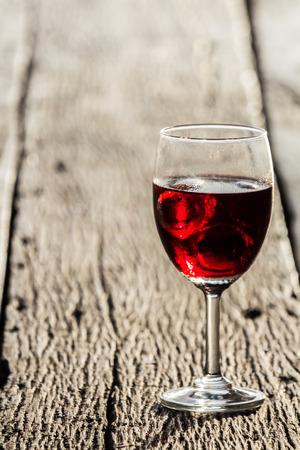 sektglas: Weinglas auf dem Holzboden ihres Heimatlandes. Lizenzfreie Bilder