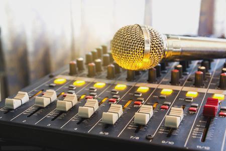 Close-up audio mixer schuifregelaar in de controle kamer. Stockfoto