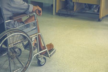 Patiënten die op rolstoelen zitten die op de arts in het ziekenhuis wachten.