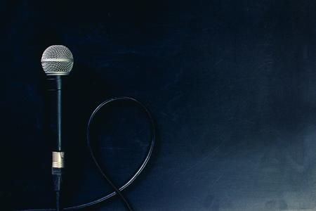 Micrófono en habitación con dispositivo de grabación.
