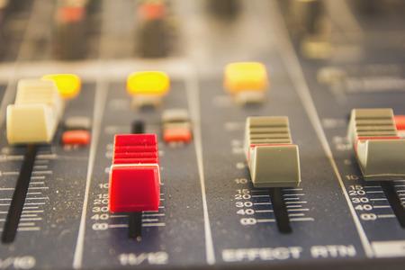 Fai scorrere il pulsante per regolare il mixer del volume dei professionisti dell'audio. In studio di registrazione.