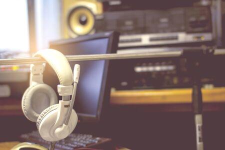 Headphones, audio recording devices in the control room and audio recording. Stockfoto