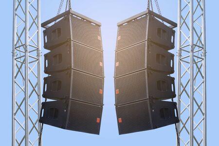 Enceinte noire accrochée à un pied / Sound System en concert. Chemin de détourage.
