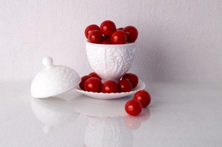 melk glas: Een darm gemaakt van melk glas vol met cherry tomaten