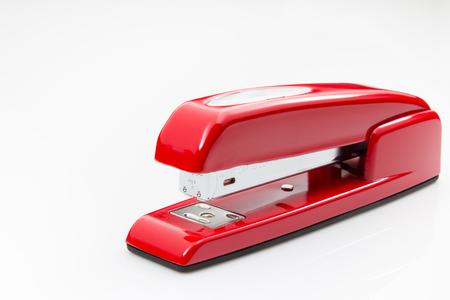 attach         â     â       ©: Red stapler on a white background. Foto de archivo