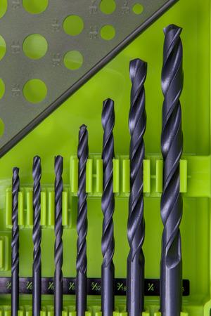 緑のケースでは、完全なセットのビットをドリルします。