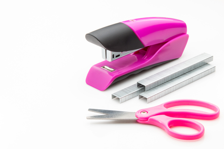 engrapadora: Stapler staples and scissors on a white background.