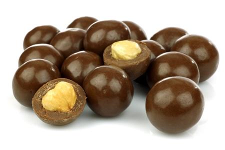 avellanas: bolas de chocolate rellenos de las avellanas en un fondo blanco