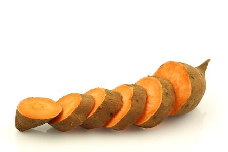 batata: un dulce de patata cortada en un fondo blanco