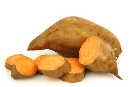 batata: una patata entera dulce y un corte uno en un fondo blanco Foto de archivo