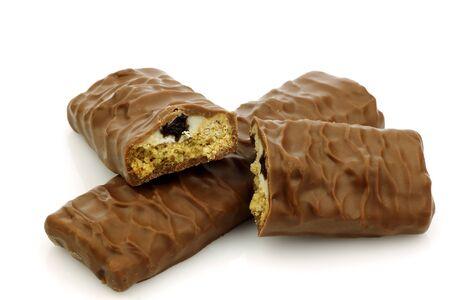 barra de cereal: dos cubiertas de chocolate barras de muesli y un corte en un fondo blanco