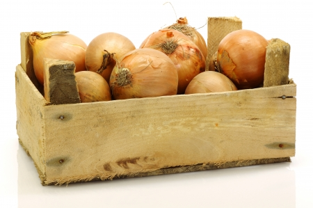 brown onions in a wooden crate on a white background  版權商用圖片