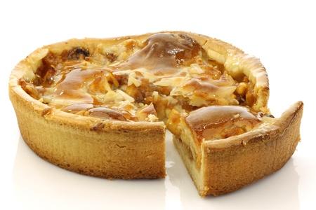 pastel de manzana: pastel de manzana fresca con una pieza sobre un fondo blanco Foto de archivo