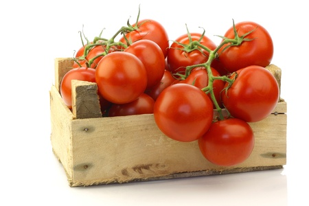 fresh tomatoes in a wooden crate on a white background 版權商用圖片 - 15085862