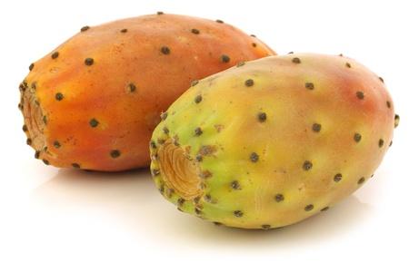 pera: dos frutas frescas cactus de colores sobre un fondo blanco Foto de archivo