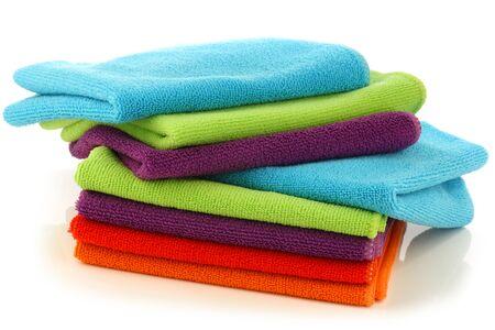 apilados coloridos paños de microfibra de limpieza sobre un fondo blanco