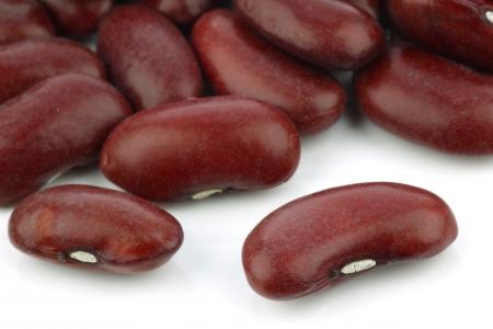 legumbres secas: frijoles rojos sobre un fondo blanco