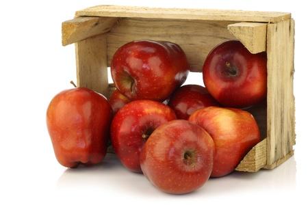 ambrosia: Fresco e delizioso mele Ambrosia rosse in una cassa di legno su uno sfondo bianco