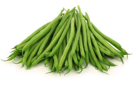 bönor: små och smala gröna bönor haricot vert på en vit bakgrund Stockfoto