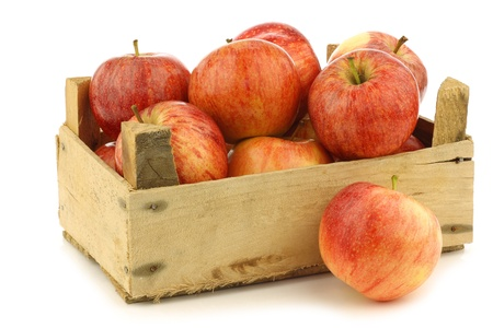 fresh  royal gala  apples in a wooden crate on a white background 版權商用圖片
