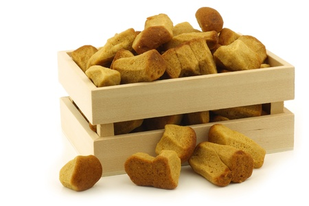 festividades: manojo de pepernoten holand?cocido al horno tradicionalmente se come en las fiestas holandesas alrededor de 05 de diciembre Sinterklaas llamados en una caja de madera sobre un fondo blanco