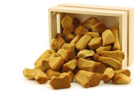 festividades: manojo de pepernoten holand�s cocido al horno tradicionalmente se come en las fiestas holandesas alrededor de 05 de diciembre Sinterklaas llamados en una caja de madera sobre un fondo blanco