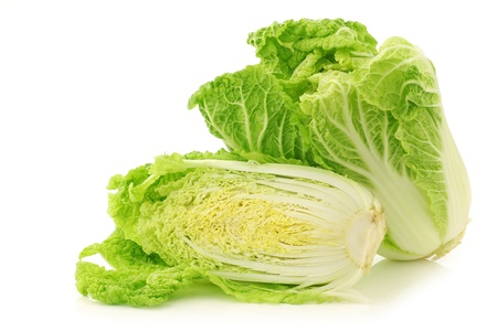 fresh chinese cabbage in a wooden crate on a white background Banque d'images