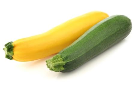 白い背景の上の緑と黄色のズッキーニ