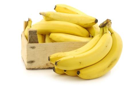 banane: bananes fra�ches dans une caisse en bois sur un fond blanc