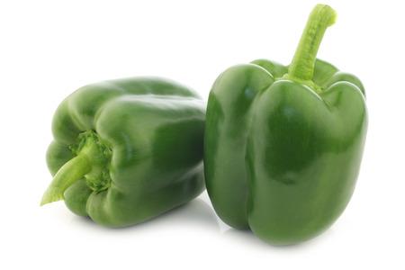čerstvé zelené papriky (paprika) na bílém pozadí
