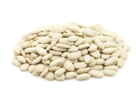 grains de beurre (haricots de Lima) dans un sac de jute sur un fond blanc Banque d'images