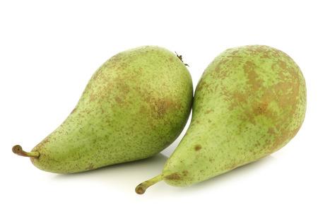 peer to peer: conferencia de dos peras frescas sobre un fondo blanco
