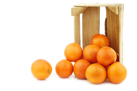 fresh blood oranges in a wooden crate on a white background 版權商用圖片