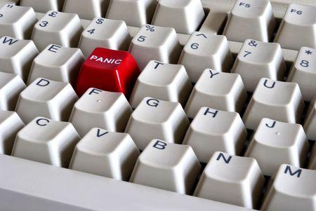 panic button: Tastiera del computer con il pulsante rosso di panico