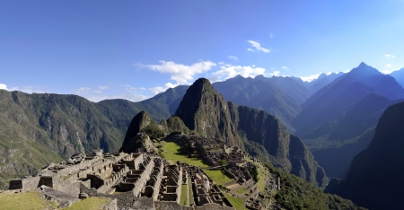 machu picchu: Panorama of Machu Pichu with Huayna Picchu, rainforest jungle and mountains with blue sky in the background