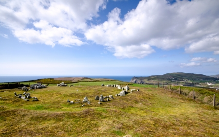 steencirkel: Mull Hill Stone Circle kijkt uit over Port Erin en Brada Head - Isle of Man op een heldere zonnige dag Stockfoto