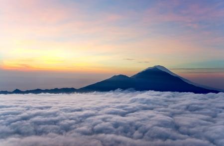 Lever dessus des nuages ??avec une montagne volcan vue Mt Batur Bali en Indonésie Banque d'images - 20171841
