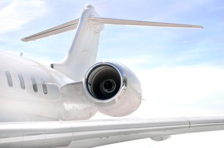 jetplane: Esecuzione di Jet Engine su un moderno aereo jet privato con un'ala