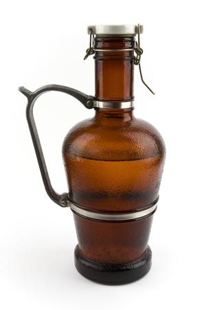 levadura: Una jarra de cristal de cerveza sobre un fondo blanco en Foto de archivo
